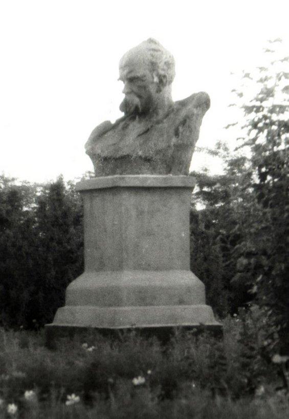 Погруддя Т. Г. Шевченку в парку навпроти Баштанського районного РБК