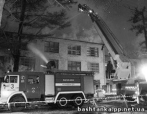 Количество погибших в огне на пожаре в деревянном здании общежития под Астраханью достигло 16 человек